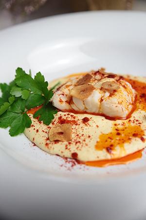 merluza a la gallega con hummus cítrico