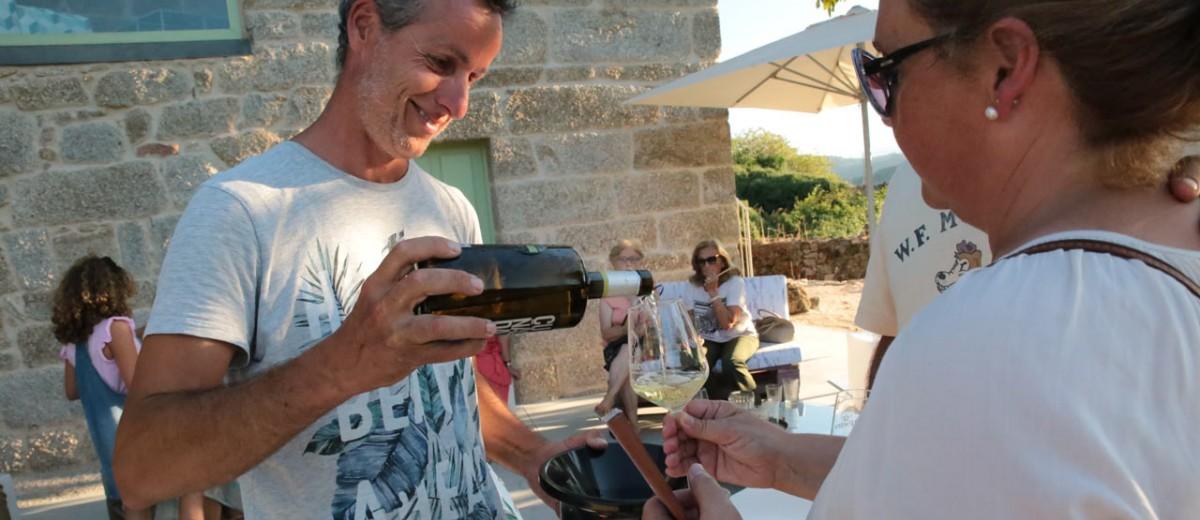 servicio de vino en cata guiada en el ribeiro